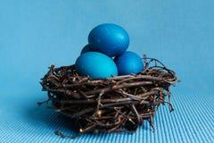 Huevos de Pascua azules fotos de archivo