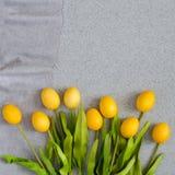 Huevos de Pascua bajo la forma de ramo de tulipanes en la sobremesa hecha de piedra de acrílico artificial El concepto creativo d Fotos de archivo libres de regalías