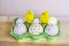 Huevos de Pascua blancos con los puntos y los pollos Fotos de archivo libres de regalías
