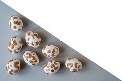 Huevos de Pascua blancos con un modelo del oro ilustración del vector