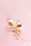 Huevos de Pascua blancos en un diseño minimalistic del fondo rosa claro Fotografía de archivo libre de regalías