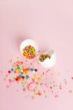Huevos de Pascua blancos en un diseño minimalistic del fondo rosa claro Fotografía de archivo