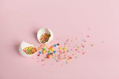 Huevos de Pascua blancos en un fondo rosa claro Fotografía de archivo
