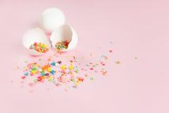 Huevos de Pascua blancos en un fondo rosa claro Imagen de archivo