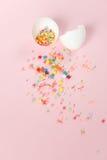 Huevos de Pascua blancos en un fondo rosa claro, desig minimalistic Foto de archivo