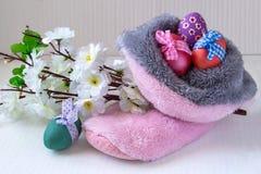 Huevos de Pascua, botas y flores de la manzana foto de archivo libre de regalías
