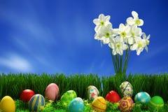 Huevos de Pascua colección y flores Fotografía de archivo