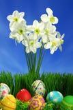 Huevos de Pascua colección y flores Fotos de archivo