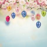 Huevos de Pascua colgantes coloridos Imagen de archivo libre de regalías