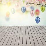 Huevos de Pascua colgantes coloridos Fotos de archivo