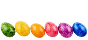 Huevos de Pascua coloreados aislados sobre el fondo blanco fotos de archivo