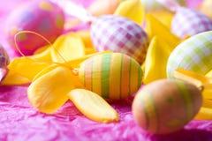 Huevos de Pascua coloreados brillantes Imágenes de archivo libres de regalías