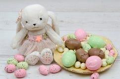 Huevos de Pascua coloreados del chocolate sobre fondo de madera con el sitio o espacio para la copia, texto, palabras Fotografía de archivo libre de regalías