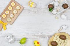Huevos de Pascua coloreados del chocolate sobre fondo de madera con el sitio o espacio para la copia, texto, palabras Foto de archivo libre de regalías