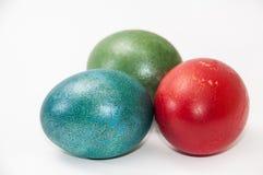 Huevos de Pascua coloreados en el fondo blanco Fotografía de archivo