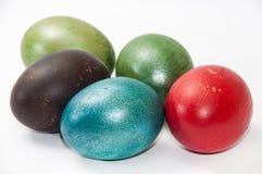 Huevos de Pascua coloreados en el fondo blanco Foto de archivo