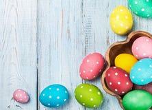 Huevos de Pascua coloreados en fondo de madera Fotos de archivo libres de regalías