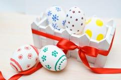 Huevos de Pascua coloreados en la cerca Imagenes de archivo