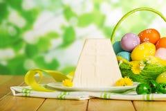 Huevos de Pascua coloreados en la cesta, postre tradicional del queso de Pascua fotos de archivo