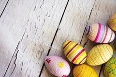 Huevos de Pascua coloreados en la esquina Fotos de archivo