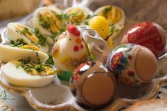 Huevos de Pascua coloreados en la placa imagen de archivo