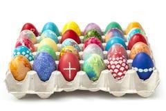 Huevos de Pascua coloreados en una bandeja Imágenes de archivo libres de regalías