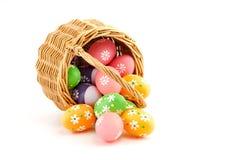 Huevos de Pascua coloreados en una cesta imagenes de archivo