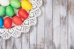 Huevos de Pascua coloreados en una placa Espacio para el texto Imagen de archivo libre de regalías