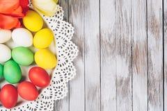 Huevos de Pascua coloreados en una placa Espacio para el texto Imagenes de archivo