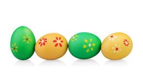 Huevos de Pascua coloreados multi con las flores hechas a mano Imágenes de archivo libres de regalías