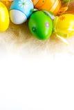 Huevos de Pascua coloreados multi en el fondo blanco imágenes de archivo libres de regalías