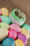 Huevos de Pascua coloreados, vela, llama Foto de archivo