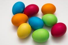 Huevos de Pascua coloridos imagenes de archivo
