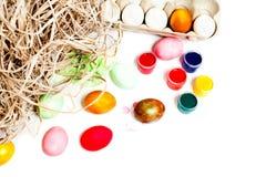 Huevos de Pascua coloridos aislados en el fondo blanco Pinte las latas Imagen de archivo libre de regalías
