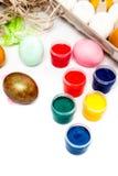 Huevos de Pascua coloridos aislados en el fondo blanco Pinte las latas Imagen de archivo