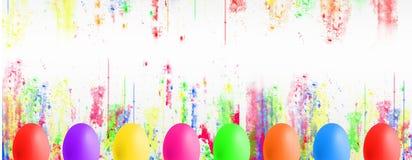 Huevos de Pascua coloridos con el copyspace fotografía de archivo libre de regalías