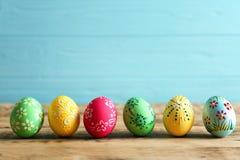 Huevos de Pascua coloridos con el ornamento floral Fotos de archivo