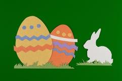 Huevos de Pascua coloridos con la hierba Fotos de archivo