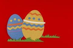 Huevos de Pascua coloridos con la hierba Imagen de archivo libre de regalías