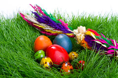 Huevos de Pascua coloridos con la palma de Pascua Fotos de archivo libres de regalías