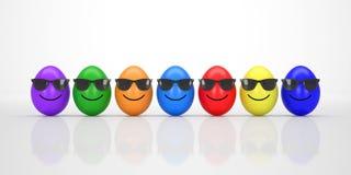 Huevos de Pascua coloridos con la sonrisa de las gafas de sol Imágenes de archivo libres de regalías