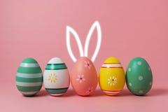 Huevos de Pascua coloridos con los oídos dibujados mano del conejito Fotografía de archivo libre de regalías