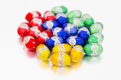 Huevos de Pascua coloridos en blanco Foto de archivo