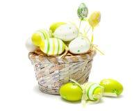 Huevos de Pascua coloridos en cesta Imágenes de archivo libres de regalías