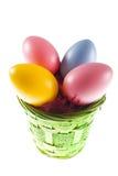 Huevos de Pascua coloridos en cesta Foto de archivo