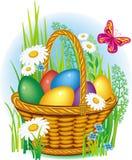 Huevos de Pascua coloridos en cesta Fotos de archivo libres de regalías