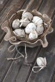 Huevos de Pascua coloridos en cesta de mimbre Imagen de archivo