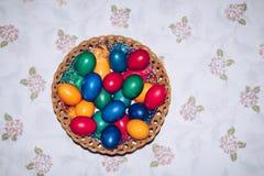 Huevos de Pascua coloridos en cesta Pascua feliz, religiou cristiano Foto de archivo libre de regalías