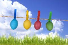 Huevos de Pascua coloridos en el cielo azul Fotografía de archivo