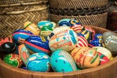 Huevos de Pascua coloridos en el cubo de madera Fotografía de archivo